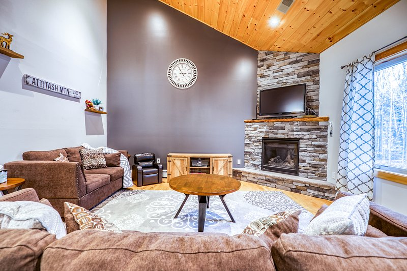 Two-level townhome with gas fireplace, deck, & gas grill - Close to skiing, casa vacanza a Hart's Location