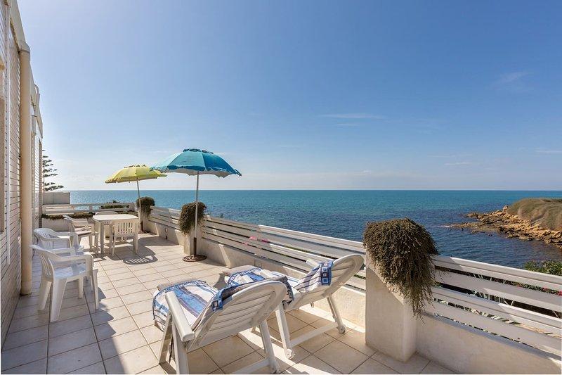 Nice apartment with sea view & Wifi, alquiler de vacaciones en Casa Camarina