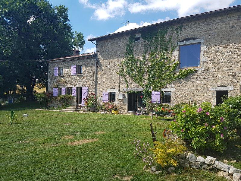 Chambre d'hôtes de charme en Auvergne- Les Pierres Davélie, holiday rental in Bertignat