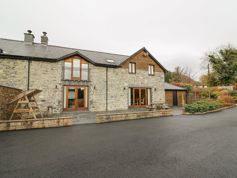 YR HEN TY COETS, four bedrooms, log burner, garden with patio, in Talybont, location de vacances à Talybont