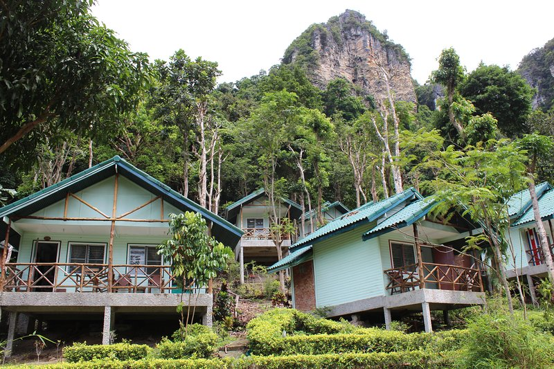 Chill Out Bar and Bungalows, Hillside Twin Bungalow, vacation rental in Railay Beach
