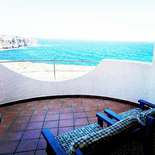 Terraço com vista para o mar e a falésia. Conecte-se com os dois quartos no andar superior.