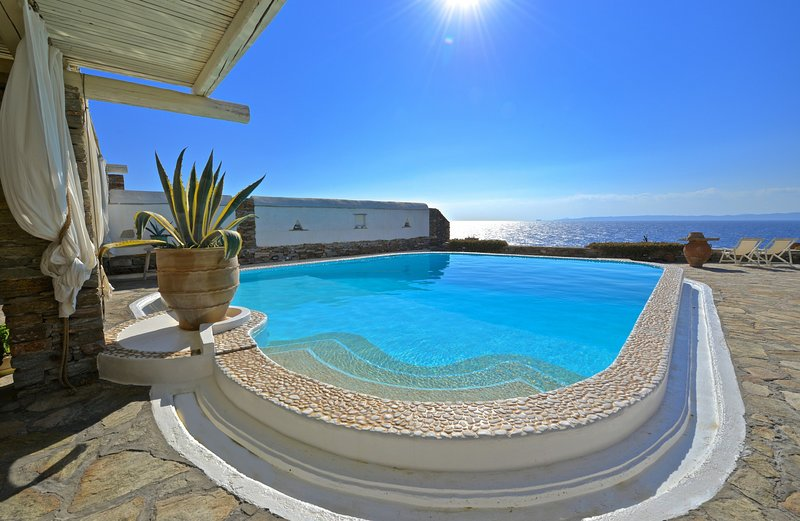 Villa on the waterfront with a swimming pool and direct access to the sea, alquiler vacacional en Melissaki