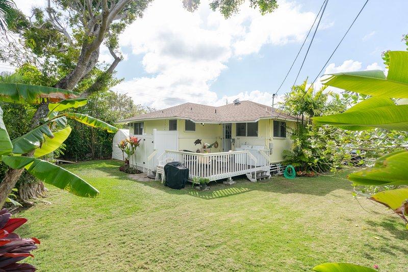 Steps to Kailua Beach * Peaceful Beach House* 2 bedrooms & 1 1/2 bath  * AC, alquiler vacacional en Kaneohe