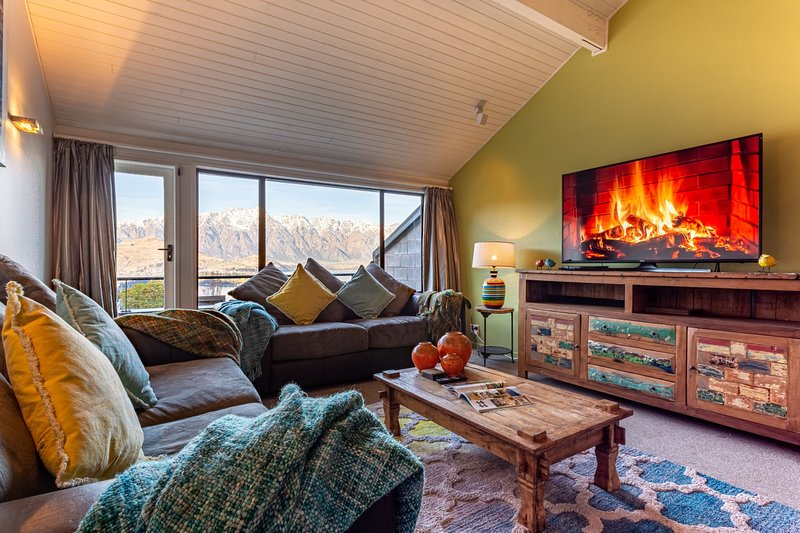 LAKE VIEW SPACIOUS TOWNHOUSE QUALITY SPA ALPINE WALK TO TOWN, holiday rental in Glenorchy
