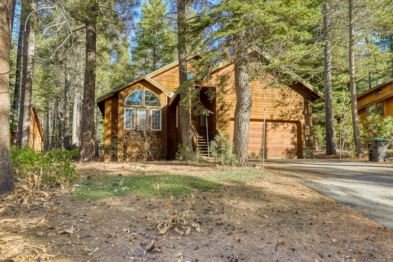 Modern design home w/rustic decor, shared pool, hot tub, gym, & sports courts, holiday rental in Truckee