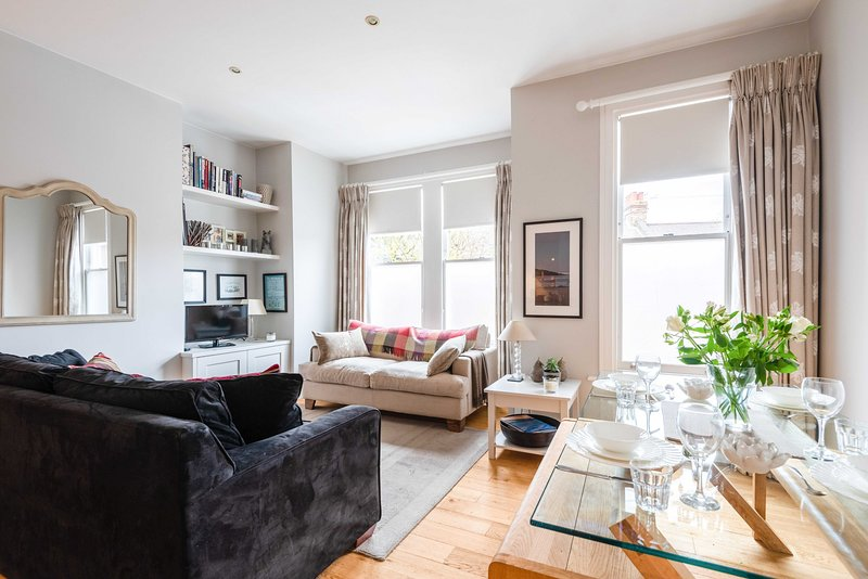 Bright Family Home close to Wandsworth Common, vakantiewoning in Mitcham