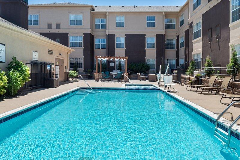 Pegue um pouco de sol na piscina externa.