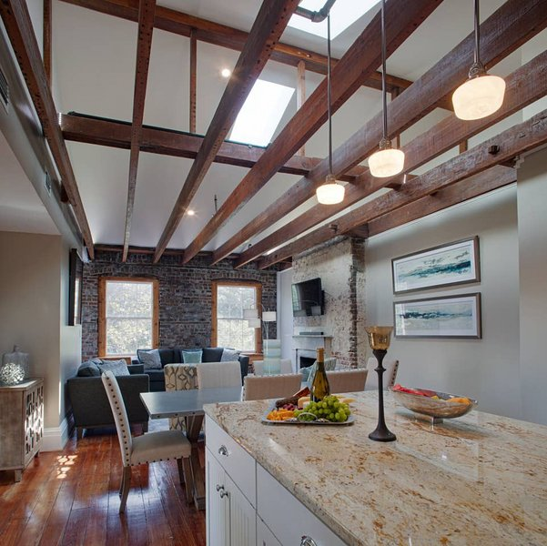 201 York #4 · Sprawling Penthouse Blocks from the River, vacation rental in Savannah