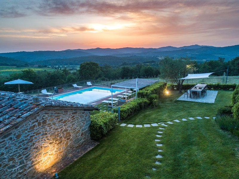 Carpino, Villa for large groups at 25 km to Siena with Heated pool, Jacuzzi, A/C, aluguéis de temporada em Rapale