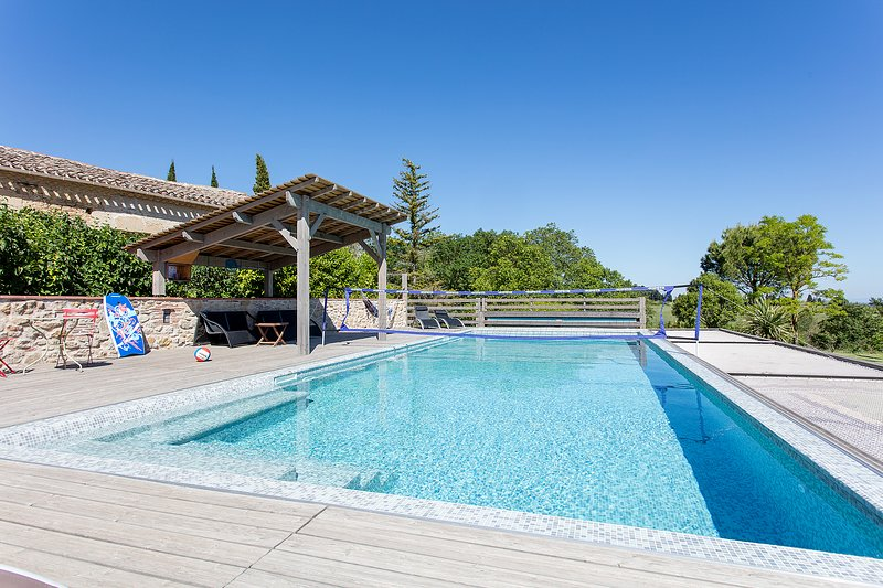 1.4m flat-bottomed pool. Ideal for playing volleyball.