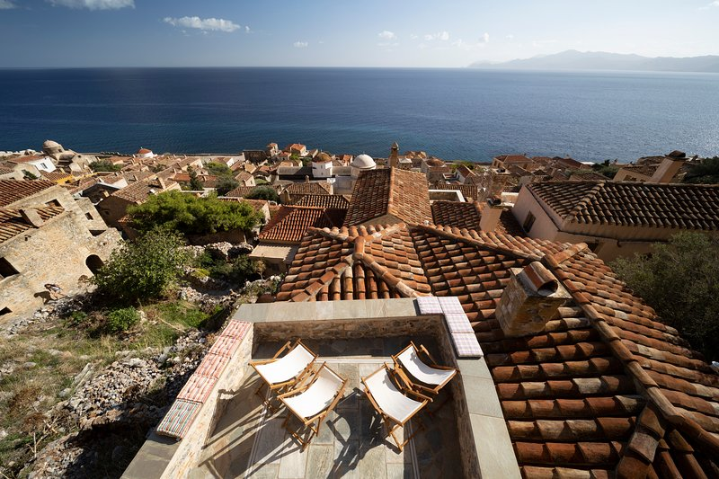Victoria's House in Monemvasia Castle by JJ Hospitality, alquiler vacacional en Gefyra