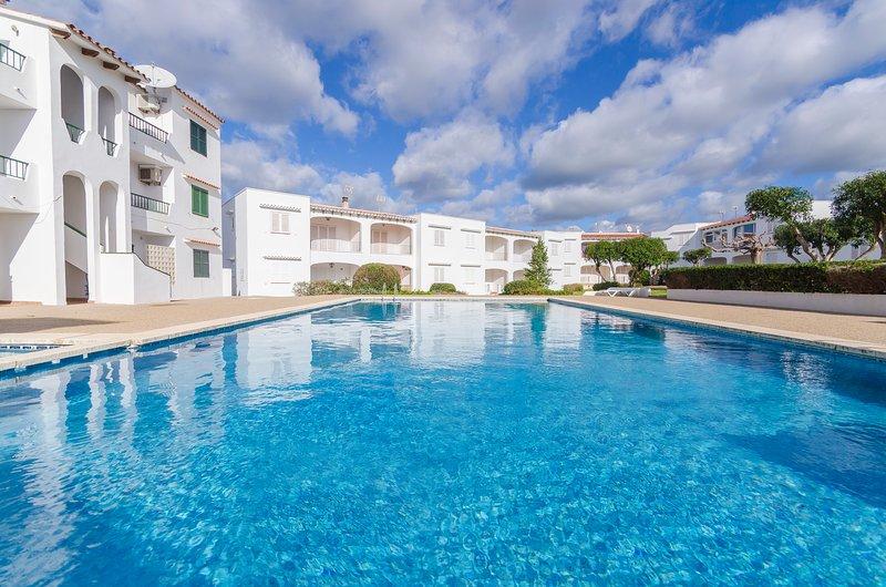Apartamento con piscina,jardines y a 300mts de la playa, location de vacances à Son Vitamina