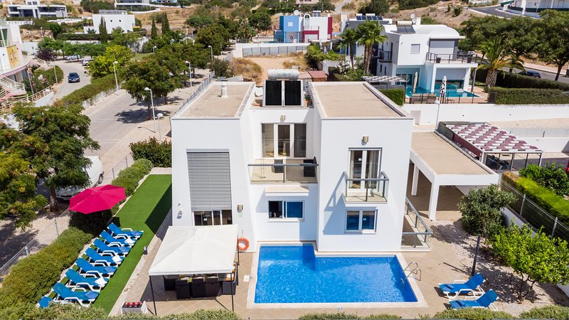 VENTUS Modern villa, private pool, games room, AC, free WiFi, holiday rental in Albufeira