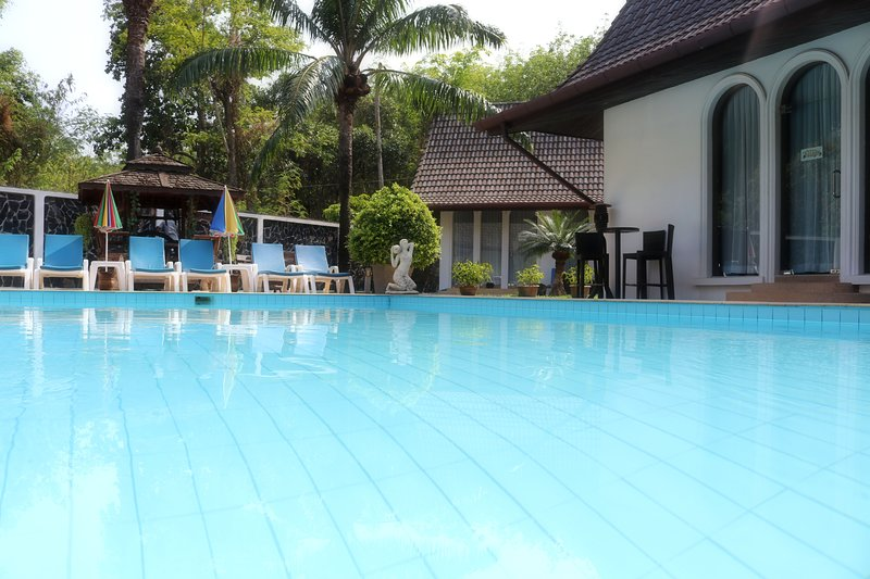 Chalong Palm Residence: Pool, chef, maid, breakfast. Perfect for groups/families, holiday rental in Phuket Town