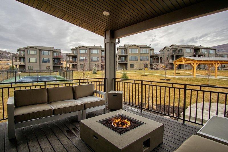 Hermosa terraza con chimenea de gas; Canchas de Pickle Ball y pabellón en la distancia