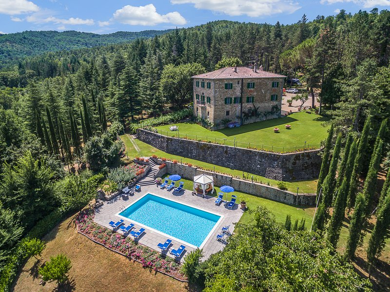 Villa Palazzo is a private Tuscany villa with A/C, private pool, hot tub, WI-FI!, holiday rental in Monterchi