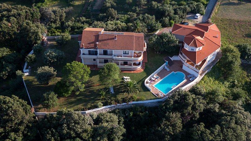 Complexo de férias com piscina e jardim