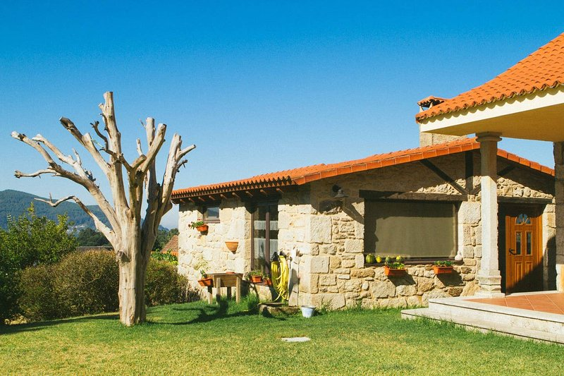 Nice house with shared pool, holiday rental in Vilaboa