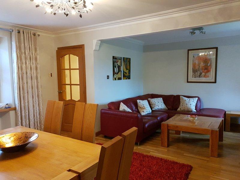 Härlig ljus öppen planlösning lounge / matsal dörr till modernt kök