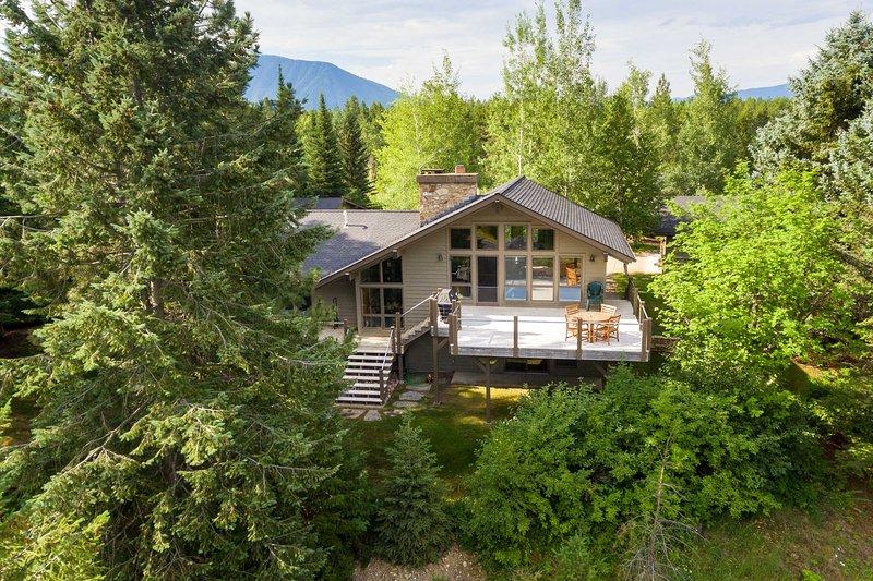 Stunning West Glacier Home w/ Majestic Mtn Views!, aluguéis de temporada em West Glacier