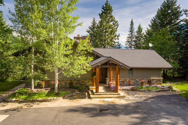 Disfrute de su estadía en este alquiler de vacaciones de 4 dormitorios y 3.5 baños en West Glacier.