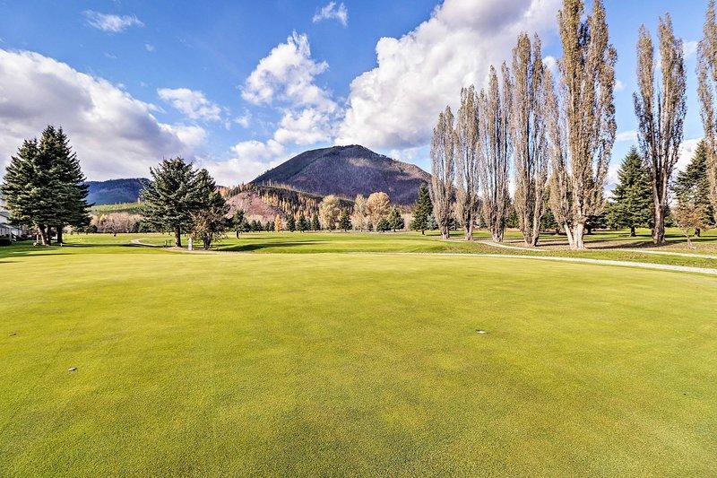 Pase tiempo en el campo de golf comunitario.