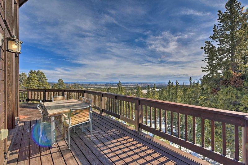 Peaceful Mtn Cabin w/ Deck + Views ~24 Mi to Breck, alquiler de vacaciones en Alma