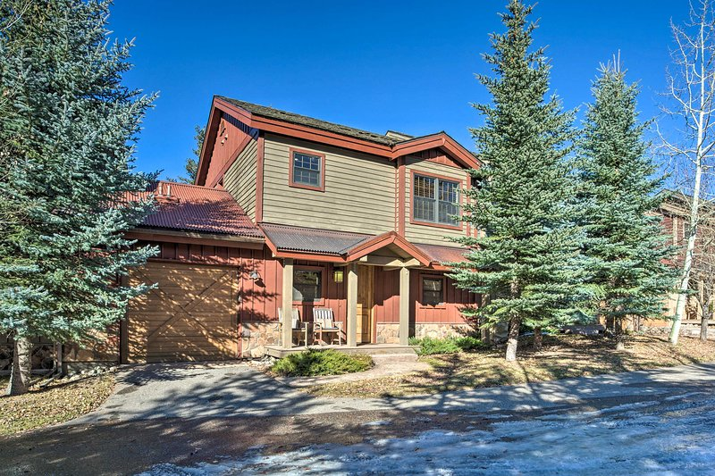 NEW! Grand Mountain Escape w/ Deck on Eagle River!, vacation rental in Eagle-Vail