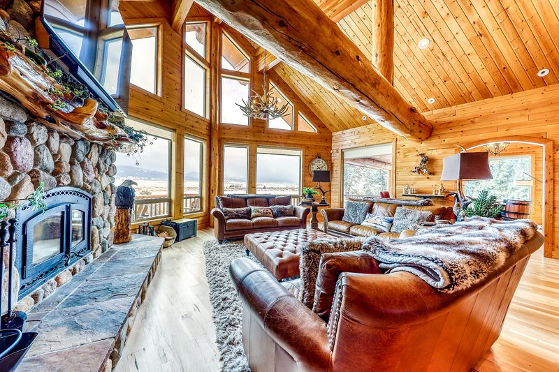 Spacious, upscale lodge w/ shared pool, 2 hot tubs, mtn views, & much more!, vacation rental in Tamarack