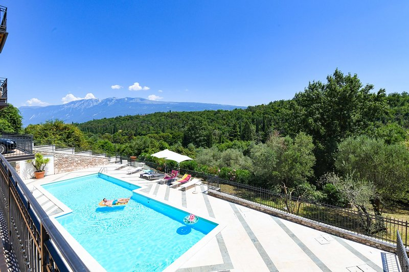 Residence Albatros -Bogliaco Golf - Luxury 3 rooms apartment with pool, holiday rental in Toscolano-Maderno