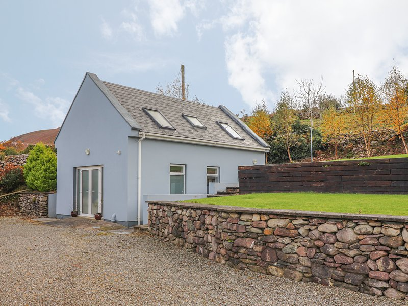 SILVER BIRCH HOUSE, detached, cosy, beautiful views from garden, near Beaufort, holiday rental in Farranfore