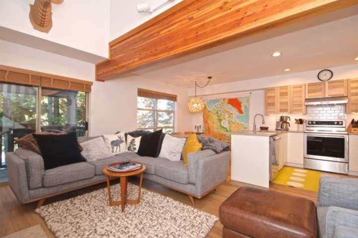 Nya moderna möbler, öppna bekväma planlösningar med välvda tak