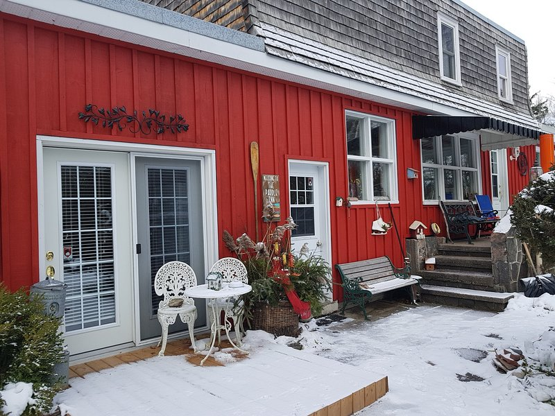 Winter Activities on Georgian Bay!  Ice Fishing, XCountry Skiing **HOT TUB**, vacation rental in Port McNicoll