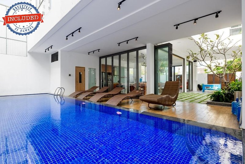 The Stunning & Luxurious Villa close to My Khe Beach, aluguéis de temporada em Da Nang