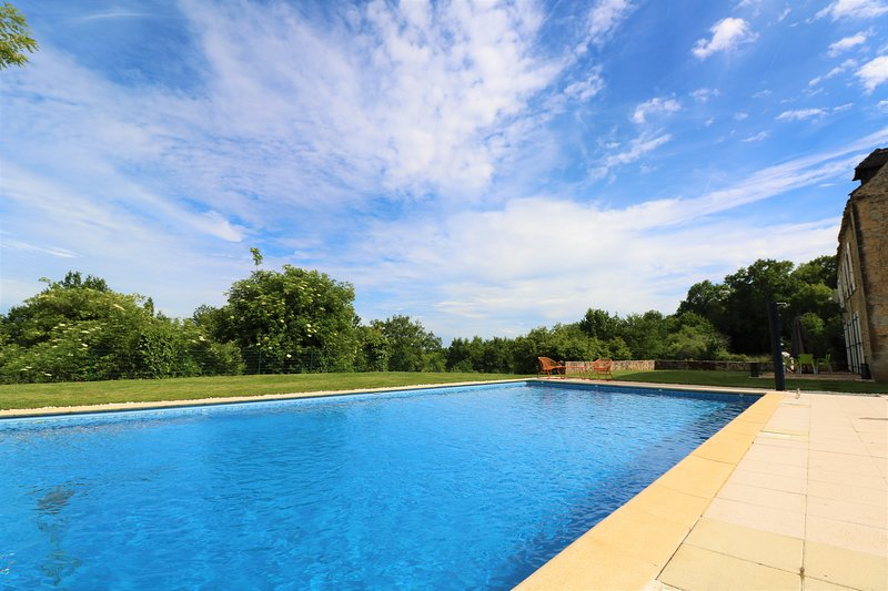 SOUS LE BOUSQUET: SUPERIOR STONE PROPERTY WITH HEATED POOL, AC, GARDEN & VIEWS, vacation rental in Saint-Andre-d'Allas