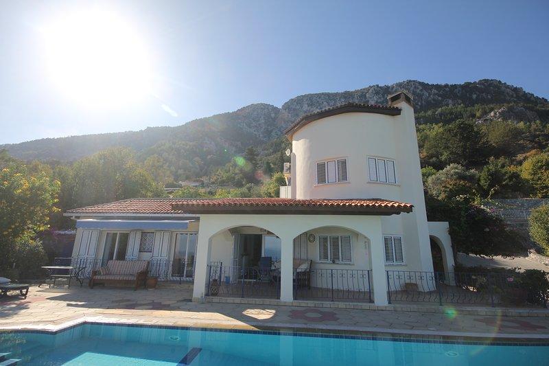 Jewel Villa 4 Bed with pool, alquiler de vacaciones en Lapta