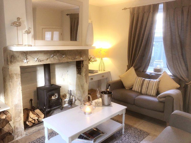 Krullen in de gezellige lounge met ontspannen kustdecor en houtkachel.