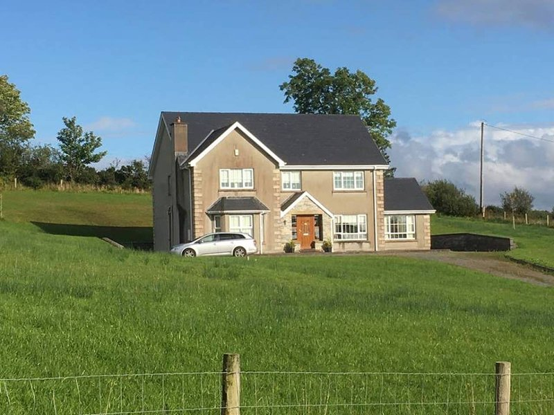 ★ Ellieshill House | Bright, beautiful countryside home 4km from Donegal town ★, holiday rental in Ballybofey