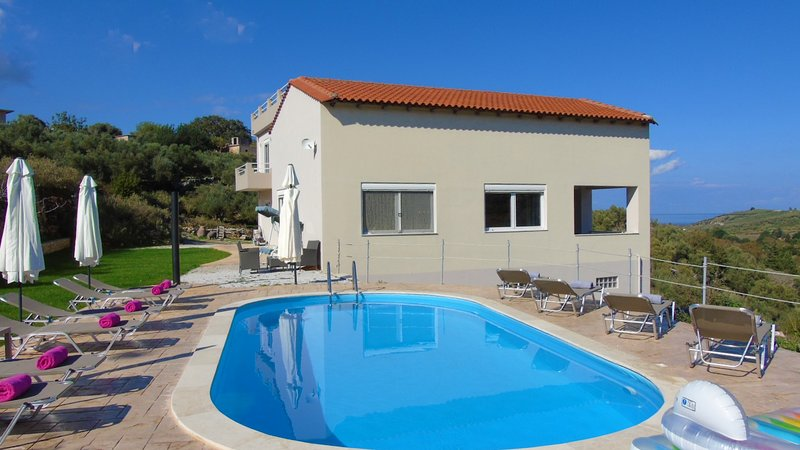 Private Villa, with pool and superb views, only 5 min. fr. sandy beach, holiday rental in Kastellos