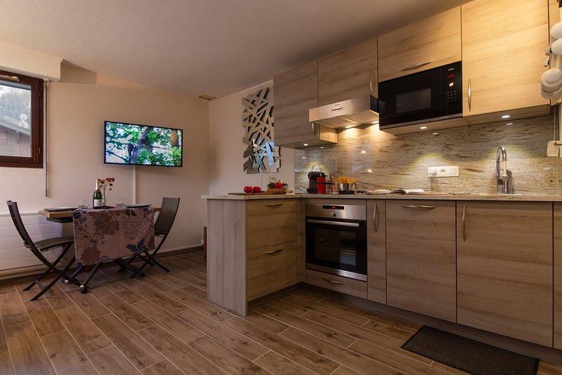 Cucina ben attrezzata e TV HD