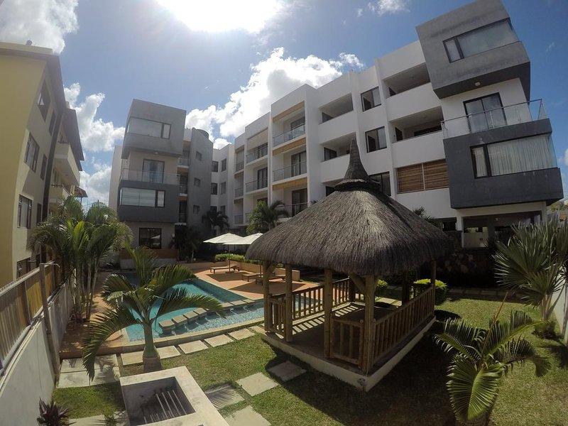 Spacious apartment with shared pool, location de vacances à Bambous
