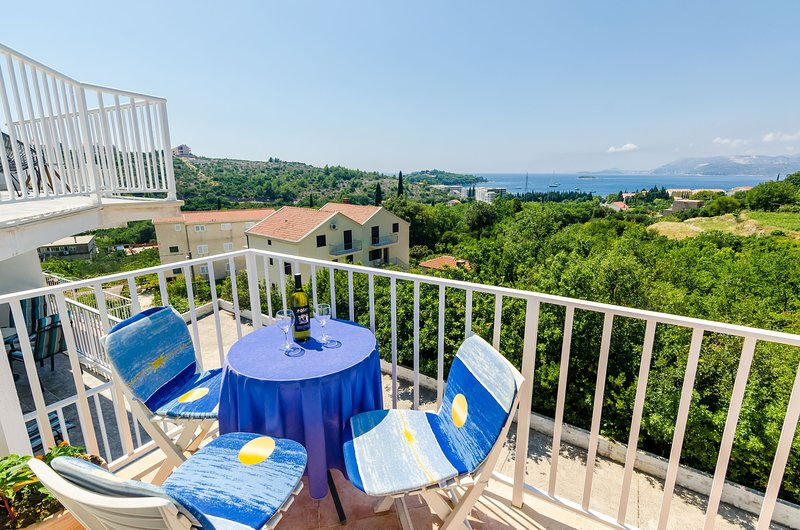 Apartment Alba- Duplex Two Bedroom Apartment with Shared Pool, holiday rental in Zvekovica
