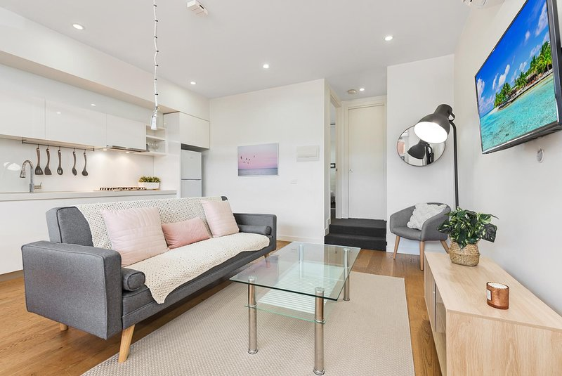 Light-Filled Beachside Apartment in Trendy Area, location de vacances à Hobsons Bay
