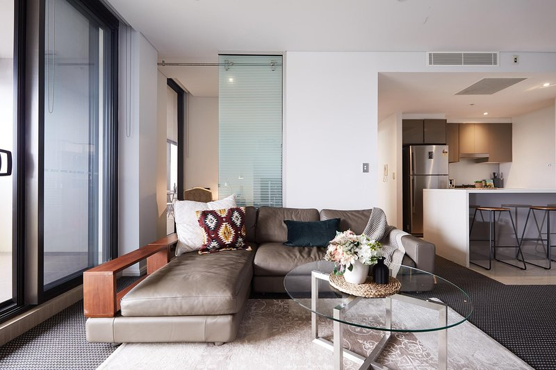Light-Filled Designer Apartment with Amazing Views, alquiler de vacaciones en Mascot