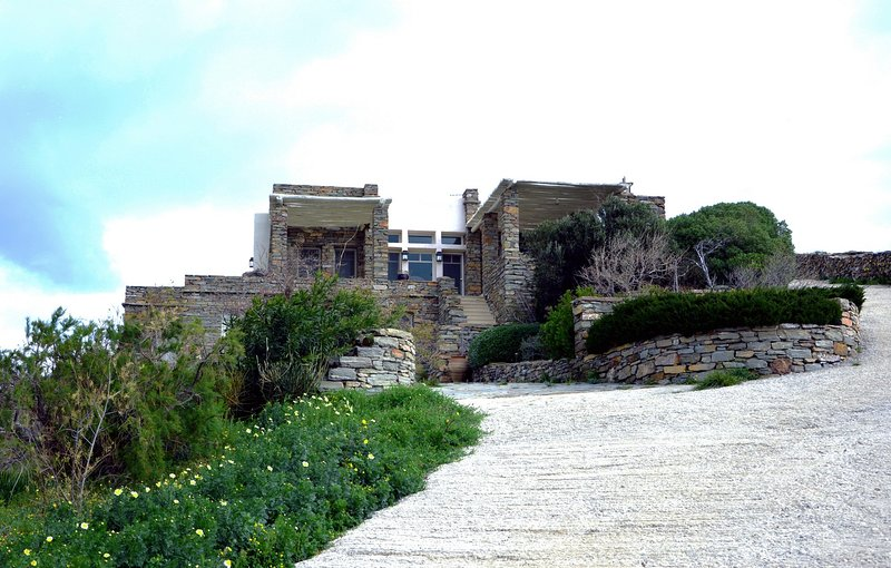 Luxurious villa with a fantastic sea view and sccess to a small sandy beach, holiday rental in Vourkari