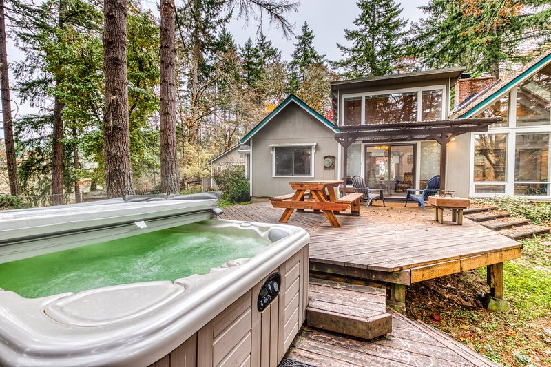 Comfortable dog-friendly retreat w/ fireplace, private hot tub, & great deck!, vacation rental in Eugene