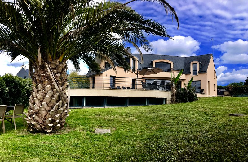 Villa 5*: piscine, spa, vue mer et plage à pieds en bretagne, holiday rental in Moelan sur Mer