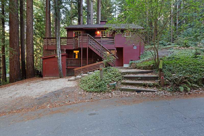 Private, relaxing retreat in the redwoods w/ a private deck & BBQ, location de vacances à Scotts Valley