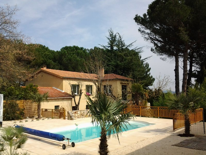 Big house with swimming-pool & Wifi, location de vacances à Sabran